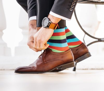 Patria vtipné a pestré vzory ponožiek na nohy elegantného muža?